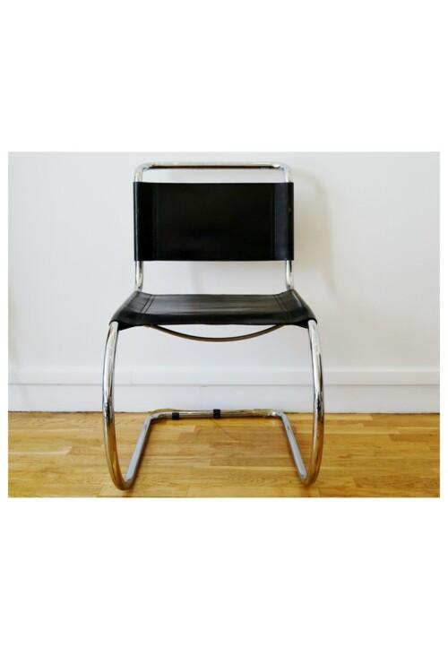 """Fauteuil modèle """"MR10"""" à structure tubulaire chromée et assise en cuir noir, par Ludwig Mies van der Rohe"""