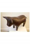 Repose-pied en cuir en forme de taureau, par Dimitri Omersa, vers 1965