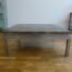 Table basse à plateau laqué or et piétement en métal, travail des années 1970