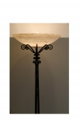 Lampadaire en fer forgé à fût ouvragé de feuilles de ginkgo, par Paul Kiss, vers 1920